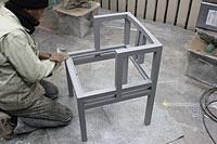 椅子の足付け作業